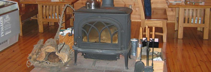 ログハウス内暖炉
